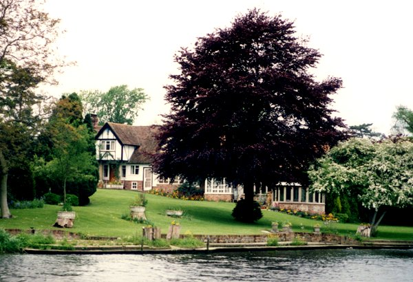 [Lovely Home Along River]